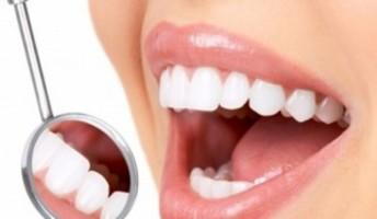 denti bianchi e specchietto da dentista