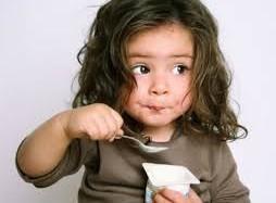 bambina che mangia