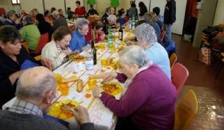 anziani a pranzo
